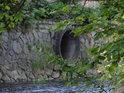 Levobřežní kanalizační vyústění do Chrudimky v Chrudimi.