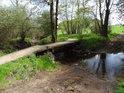 Lávka a brod přes Dlouhý potok těsně před tím, než posílí Chrudimku zleva.