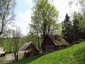 Skanzen Veselý Kopec, soubor lidových staveb Vysočina,  se nachází pod soutokem Chrudimky a Dlouhého potoka.