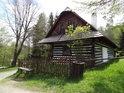 Malá roubená chalupa s jedním čelním okénkem na Veselém Kopci bývala dříve hájenka v Kozojedech.