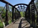 Druhý skrytý most přes Chrudimku u Pardubicek napovídá, že tu dříve byl provoz, ale byl vojenský, proto se sem běžný člověk téměř nedostal.