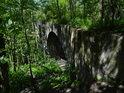 Useknutý most přes Chrudimku u Pardubiček má jen dvě pole.