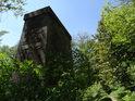 Smysl postrádající stavba uprostřed pravobřežního luhu Chrudimky u Pardubiček je pilíř nedostavěného mostu.