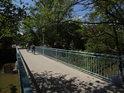 Lávka pro pěší a cyklisty přes Chrudimku u Matičního jezera nedaleko horní části Bubeníkových sadů.