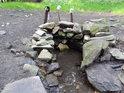 Filipovský pramen řeky Chrudimky je taková menší kameny obložená studánka s trojicí hrnků, tedy toho času.