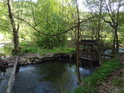 Pravobřežní mlýnský náhon Chrudimky, kterým proudí voda na mlýn v Mezisvětí.