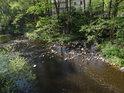 Část vody se vrací do Chrudimky z mlýna v Mezisvětí.