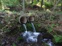 Přítok vody do řeky přes dvojici kanalizačních trubek je prostý romantiky.